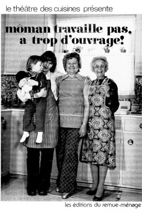 Trois femmes et un enfant posent pour la photo en noir et blanc