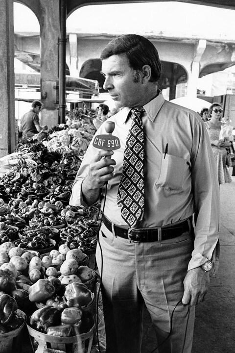 En reportage au marché Jean-Talon à Montréal, Charles Dussault, micro à la main.