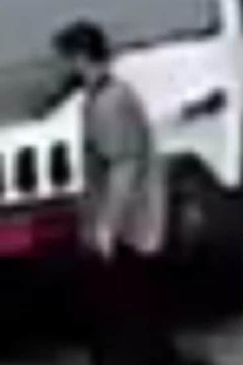 Photo floue d'un homme en t-shirt qui a les mains dans les poches