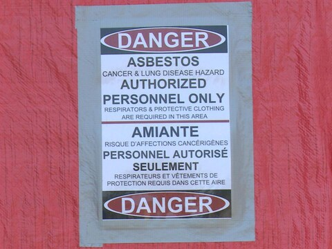 Devant l'entrée principale, une affiche interdit d'entrer dans l'édifice.
