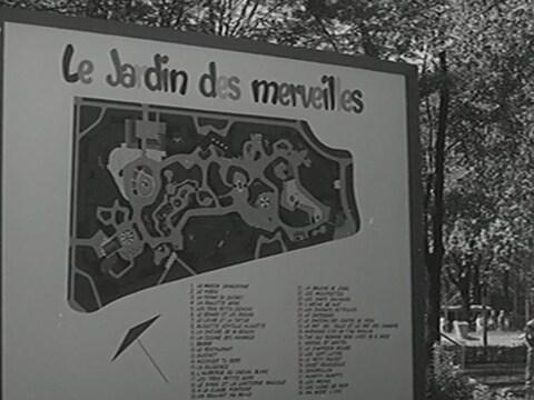 Grand panneau dans le parc La Fontaine avec le plan illustré du Jardin des Merveilles