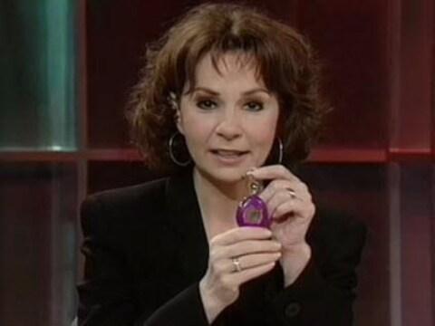 Christiane Charette montrant à la caméra un Tamagotchi entre ses mains