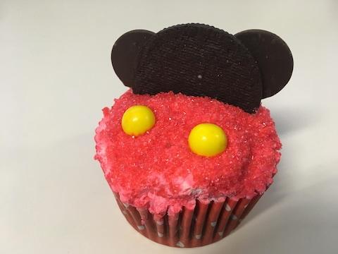 Petit gâteau en forme du personnage de Mickey.