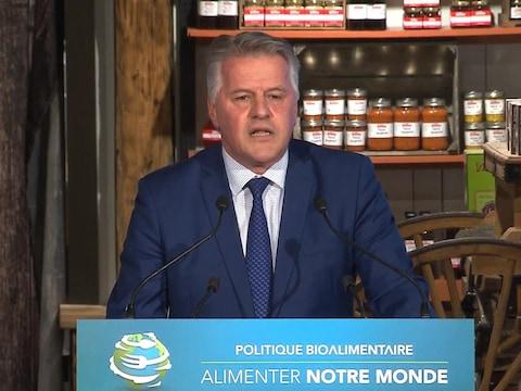 Le ministre de l'Agriculture, des Pêcheries et de l'Alimentation, Laurent Lessard, lors du dévoilement de sa politique bioalimentaire.