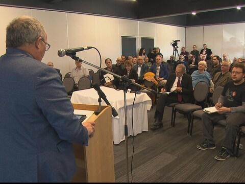 Des maires du Bas-Saint-Laurent et de la Gaspésie lors d'un rassemblement pour la promotion du développement éolien en région