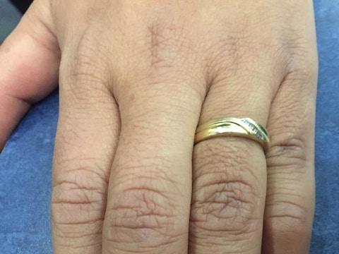 Une photo de l'anneau de mariage de Ricardo Miranda en or avec quatre diamants.