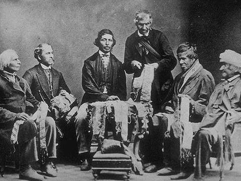 Chefs haudenosaunee [iroquois] des Six Nations expliquant les colliers de wampums qu'ils conservent en 1871