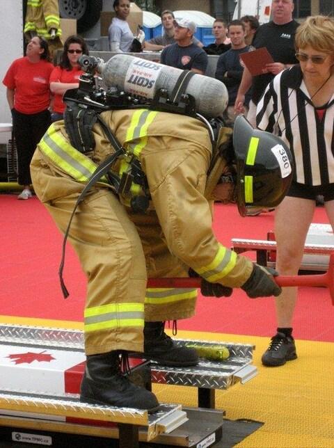 Liane Tessier lors d'une compétition de pompiers en 2006