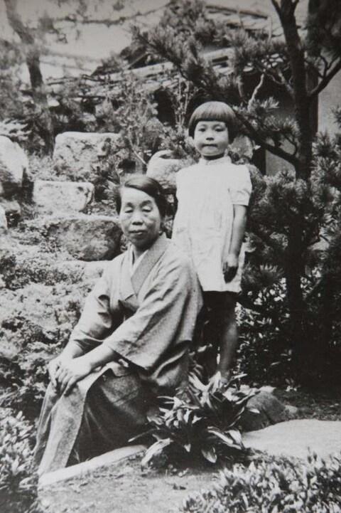 Une photo en noir et blanc de la femme dans son enfance avec sa mère.