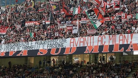 Des partisans de l'AC Milan dans les estrades, avec banderoles et drapeaux