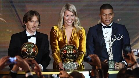 Ils sont derrière leur trophée.