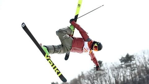 Alex Beaulieu-Marchand prend son ski dans un saut