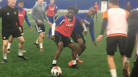 Allan Zebie bataille pour conserver le ballon, lors d'un entraînement du FC Edmonton.