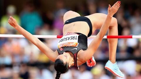 La Canadienne Alyxandria Treasure passe par dessus la barre lors de la compétition de saut en hauteur des Jeux du Commonwealth