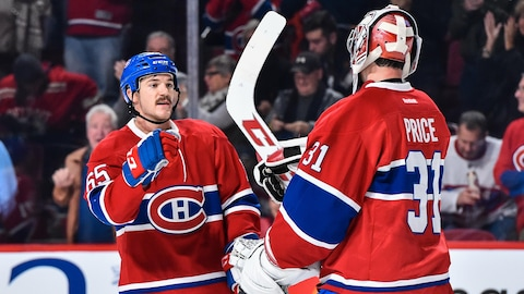Andrew Shaw félicite le gardien Carey Price.