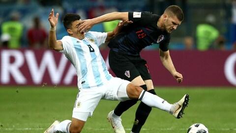 Ante Rebic, de la Croatie, est bousculé par Marcos Acuna, de l'Argentine.