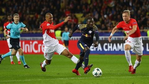 Naby Keita du RB Leipzig dépasse Fabinho (gauche) et Kamil Glik (droite) de l'AS Monaco.