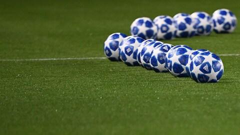 Des ballons de soccer avant un match de Ligue des champions