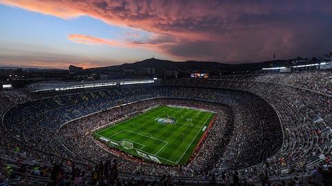 Une vue de haut du stade de soccer Camp Nou, situé à Barcelone