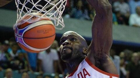 Le Canadien Joel Anthony marque un panier contre le Venezuela en qualifications pour la Coupe du monde de basketball.