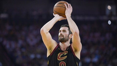 Kevin Love en train de lancer le ballon.