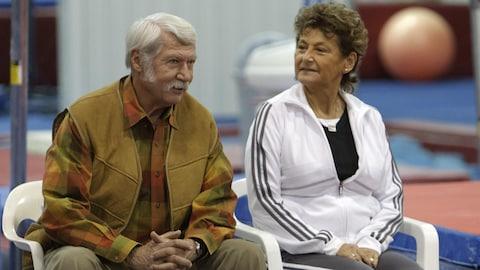 Marta Karolyi regarde son mari Bela dans la salle d'entraînement de gymnastique de leur ranch, en 2011.