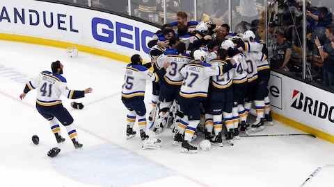 Les Blues de Saint Louis remportent la Coupe Stanley.