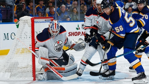 Laurent Brossoit des Oilers d'Edmonton défend le filet contre Magnus Paajarvi des Blues de Saint Louis.