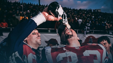 André Bolduc (gauche), des Alouettes, verse du champagne dans la bouche de son coéquipier et ami Bruno Heppell.