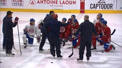 Les entraîneurs s'adressent au groupe de joueurs.