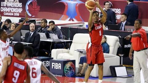 Un joueur tente un tir de trois points.
