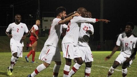 Les joueurs du Canada célèbrent un but contre Saint-Kitts-et-Nevis.