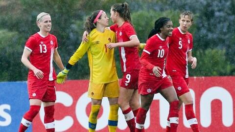 Les Canadiennes célèbrent une victoire à la Coupe d'Algarve.