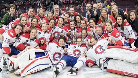 Photo d'équipe sur la glace après la victoire