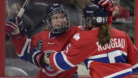 Marie-Philip Poulin et Lauriane Rougeau célèbrent un but des Canadiennes