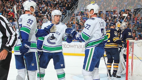 Les joueurs des Canucks célèbrent un but.