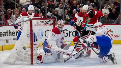Carey Price stoppe un tir face aux Blackhawks de Chicago.