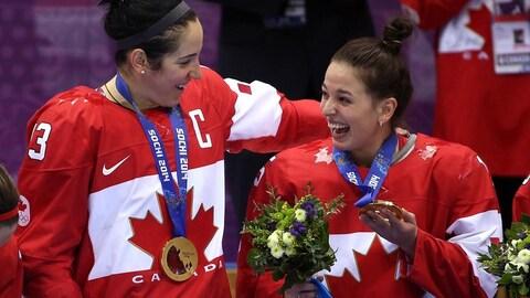 Caroline Ouellette Mélodie Daoust avec leur médaille d'or à Sotchi