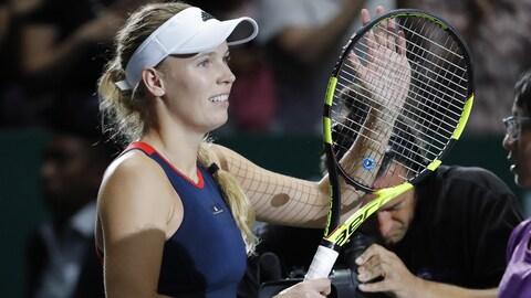 Caroline Wozniacki salue la foule après sa victoire aux dépens de Petra Kvitova à Singapour