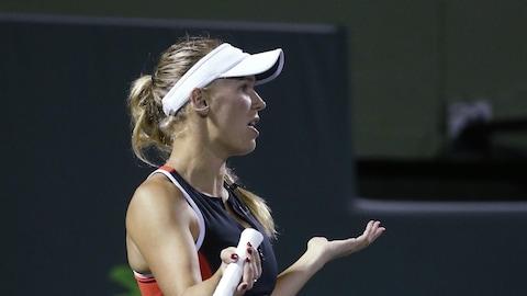 En discussion avec l'arbitre de chaise, Caroline Wozniacki se plaint du bruit de la foule pendant son match contre Monica Puig, à Miami.