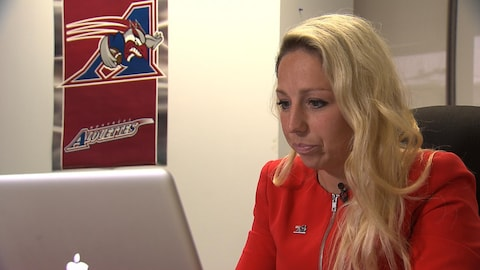 Catherine Raîche travaille à l'ordinateur.