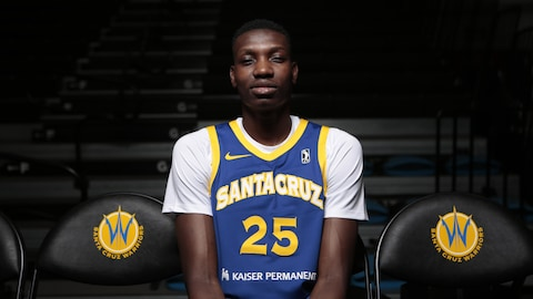 Chris Boucher pose dans l'uniforme des Warriors de Santa Cruz, le club-école des Warriors de Golden State dans la G League, le circuit de développement.