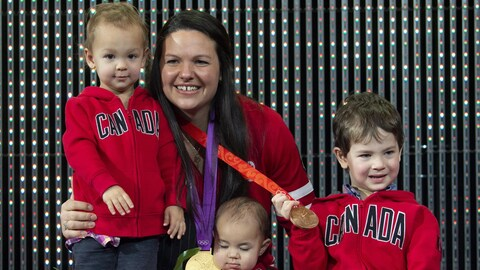 Christine Girard avec ses trois enfants