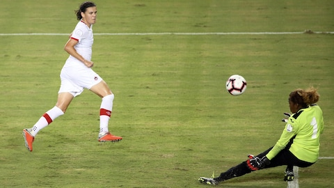 Christine Sinclair (no 12) et Lucylena Martinez (no 1)