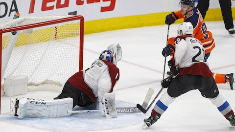La rondelle se retrouve dans le haut du filet de Symeon Varlamov de l'Avalanche, battu par un lancer de Connor McDavid des Oilers.