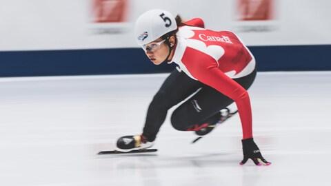 La patineuse de vitesse Courtney Sarault en pleine action sur la glace