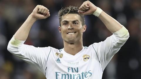 Cristiano Ronaldo les bras en l'air, tout sourire, après la victoire du Real Madrid en Ligue des champions en 2018.