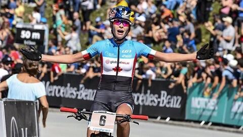 La cycliste canadienne Emily Batty franchit le fil d'arrivée aux Mondiaux de 2018.