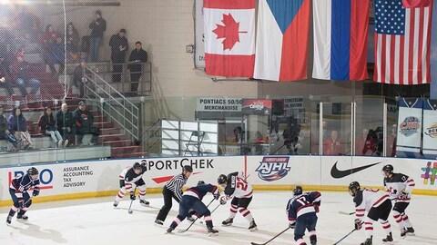 Mise en jeu, sous les drapeaux des quatre pays qui prennent part au Défi mondial junior A.