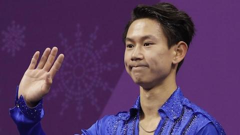 Denis Ten salue la foule après sa performance aux Jeux de Pyeongchang